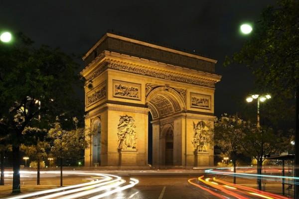 L'Arc de triomphe de l'Étoile, de nuit, côté sud-est, depuis l'avenue Marceau
